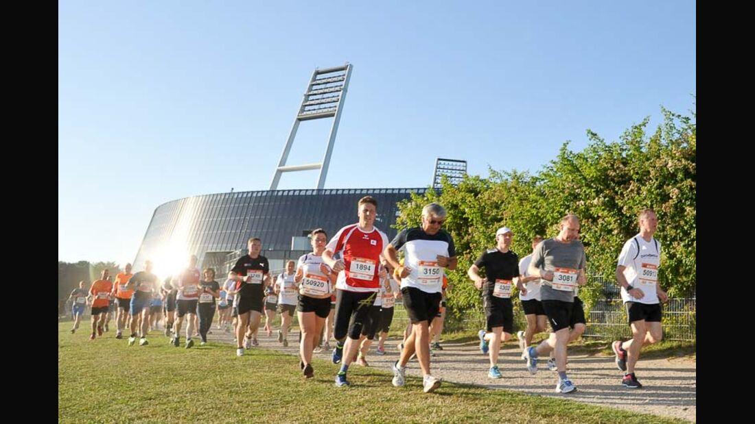 2. B2Run Firmenlauf Bremen 2015 Läufer vor dem Weserstadium