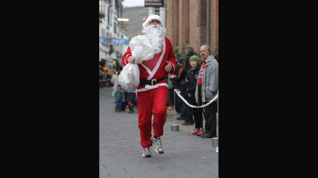 Adventslauf Zell: Der Weihnachtsmann verteilt als Schlussläufer Süßigkeiten.