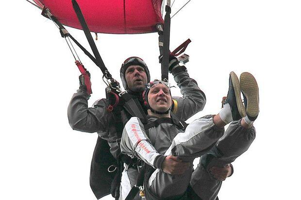 Airborne-Fit-Run Oldenburg: Vor dem Startschuss springt ein ausgeloster Teilnehmer per Tandemsprung aus 3.500 m in die Veranstaltung.