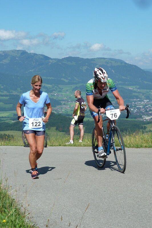 Altstädter Radlauf: Radler und Läuferin