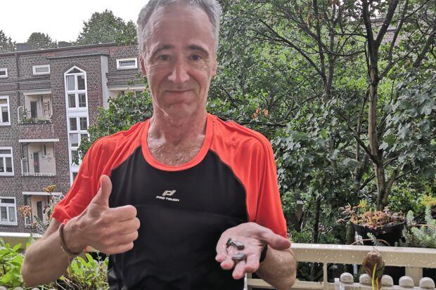 Autor Claus Dahms mit dem Hörgerät Livio Al 2400 von Starkey nach einem Lauf im Regen.