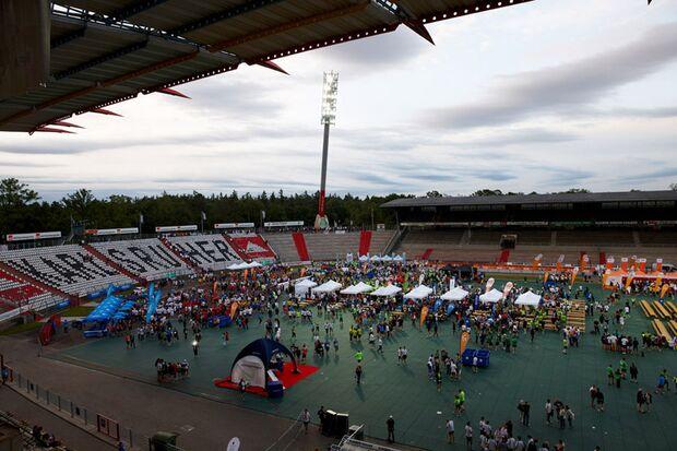 B2RUN Firmenlauf Karlsruhe: Zieleinlauf in das Wildparkstadion