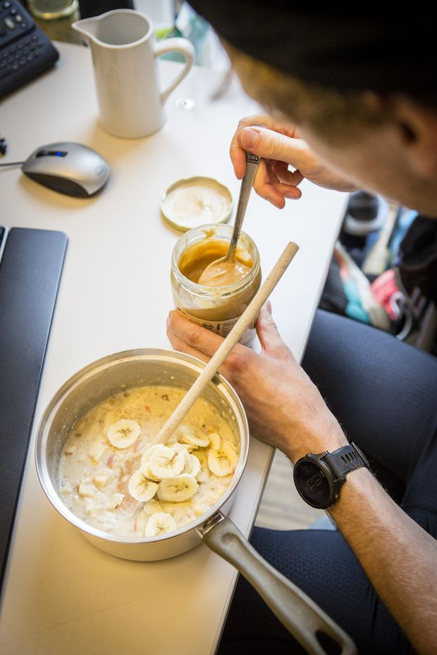 Bei der 16:8-Variante des Intervallfastens wird 16 Stunden täglich gefastet – während der restlichen 8 Stunden darf gegessen werden.