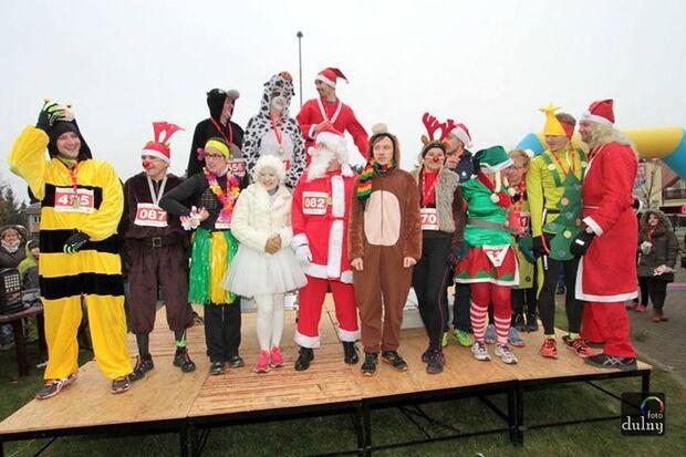Beim Nikolauslauf in Police sind viele kostümierte Teilnehmer dabei.
