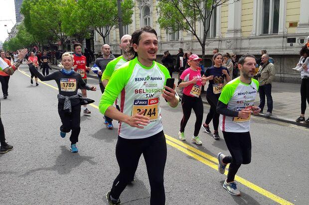 Belgrad-Marathon: Tausende von Läufern bevölkern die Straßen Belgrads.