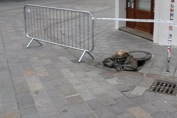 Bratislava - Cumil - der Mann, der aus dem Gullideckel schaut