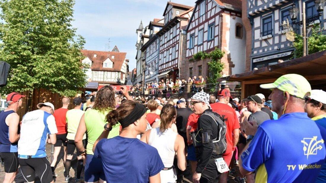 Brüder-Grimm-Lauf: Start der 4. Etappe vor malerischer Kulisse