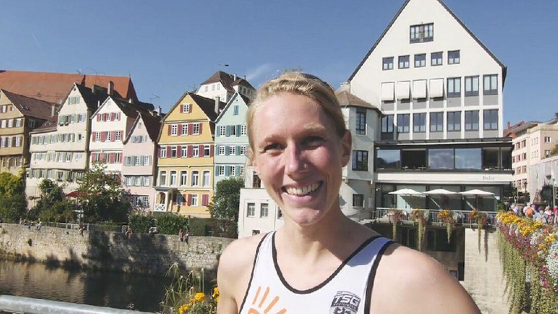 """Citytriathlon Tübingen: Profi-Triathletin Svenja Bazlen vergibt das Siegel """"Citytriathlon""""."""