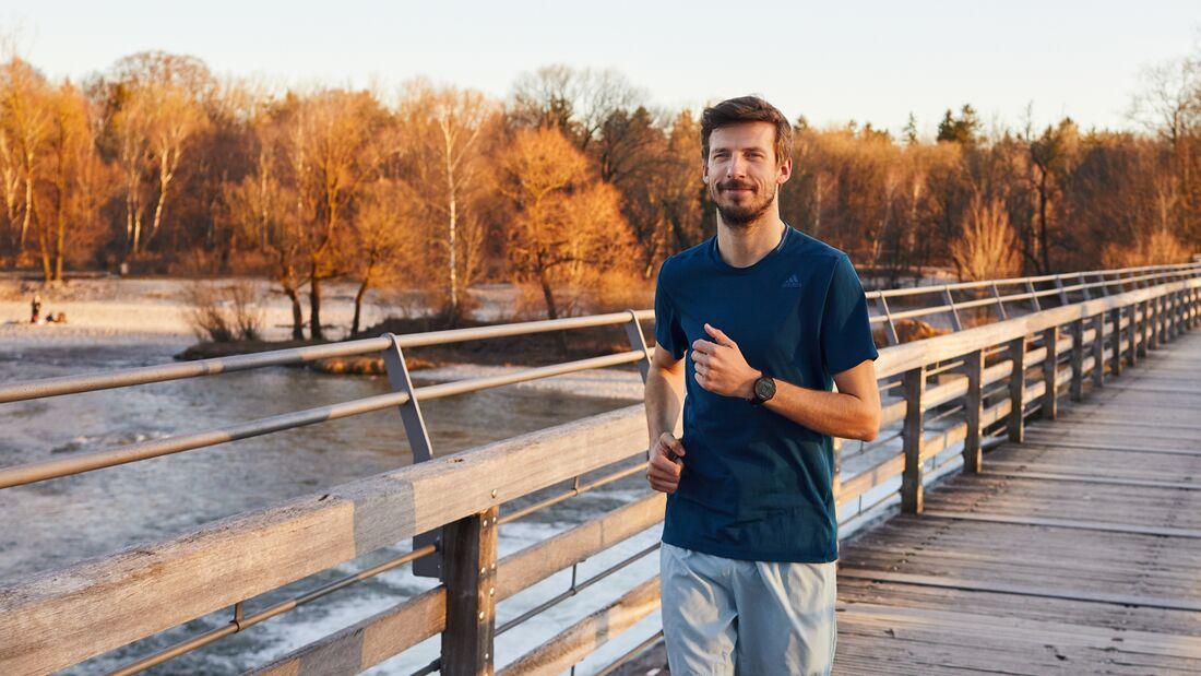 Daniel Becker läuft an der Isar