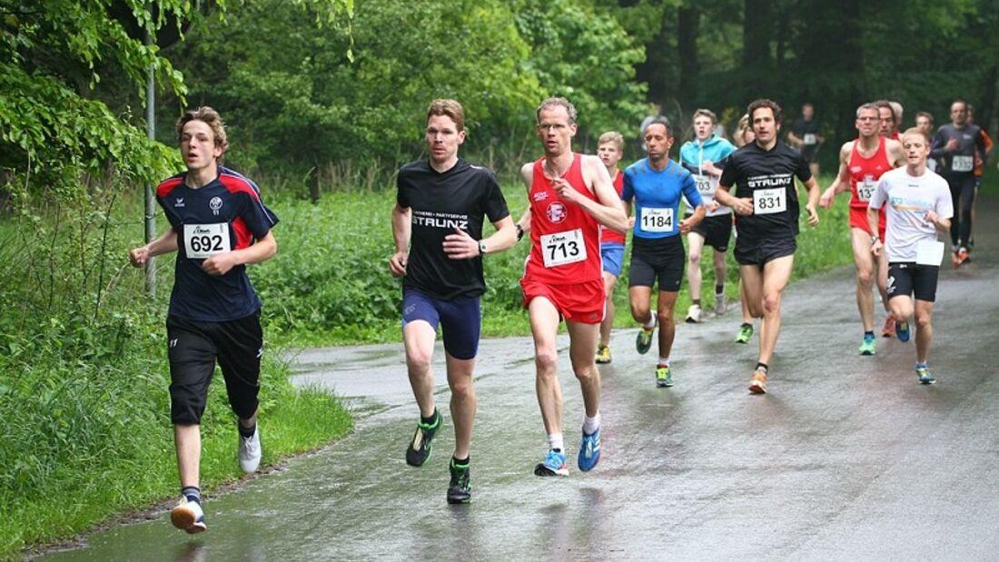 Das Feld der 5-km-Läufer beim Sternchenlauf Schloss Holte-Stukenbrock