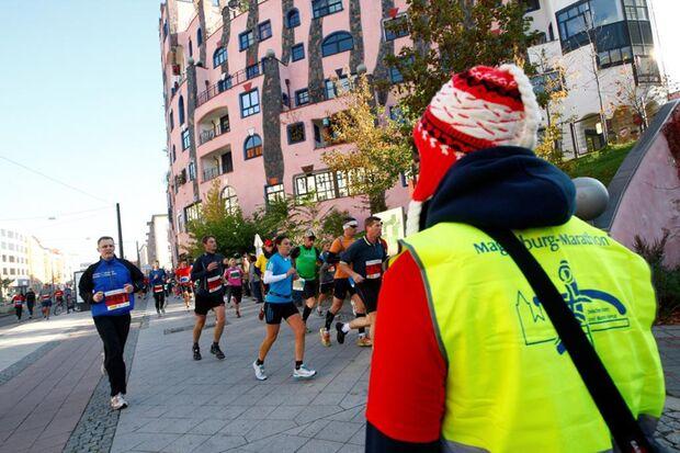 Der Magdeburg-Marathon führt vorbei am Hundertwasserhaus.