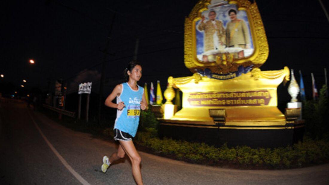 Der Startschuss zum Phuket-Marathon fiel noch vor dem Sonnenaufgang.