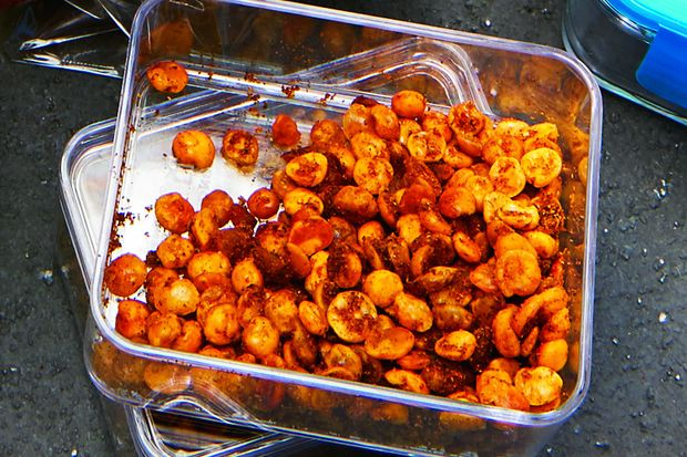 Der gesunde Snack für unterwegs: knusprige Curry-Erbsen