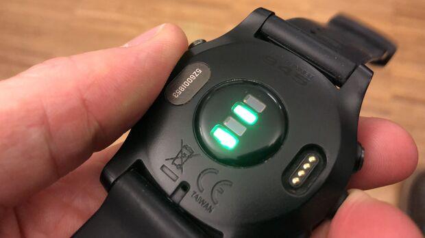 Der optische Herzfrequenzsensor der Garmin Forerunner 945.