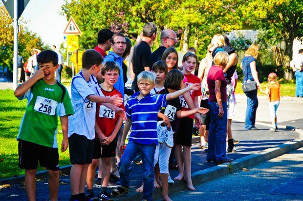 Die Kinder warten auf ihren Start beim Kupferzeller Kärwelauf