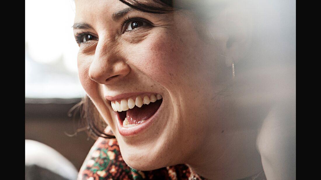Eine Frau mit hübschen Zähnen lacht
