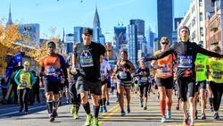 Eine Gruppe Läufer freut sich laufend beim Marathon