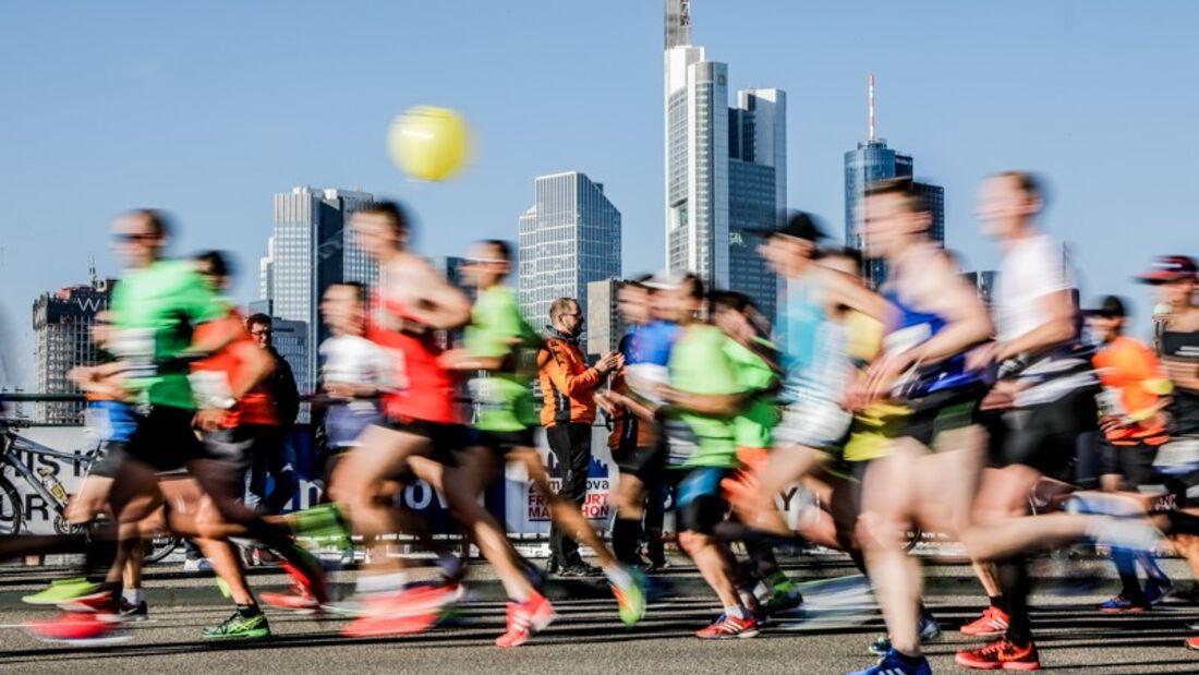 Eine Gruppe läuft in Frankfurt beim Marathon.