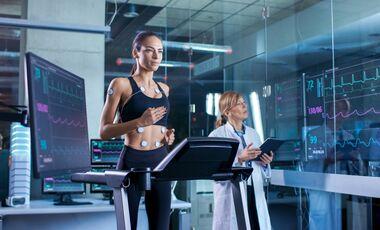 Eine Läuferin bei einer Leistungsdiagnostik