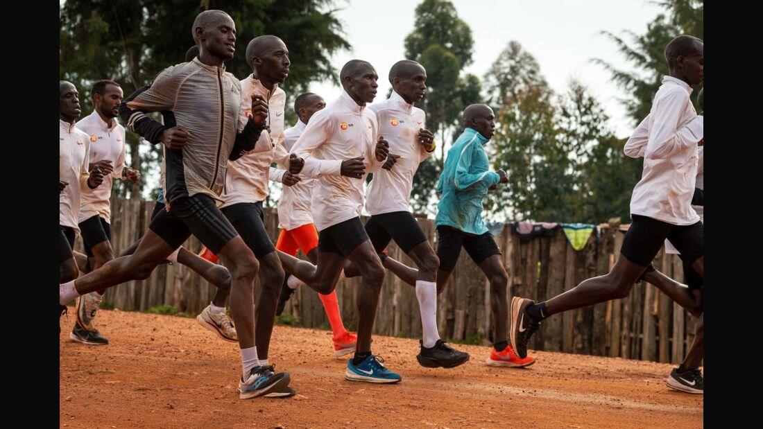 Eliud Kipchoge (3. von rechts) bereitet sich in Kenia auf das Rennen in Wien vor.
