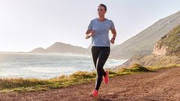 Entspannte Läuferin in einer schönen Landschaft