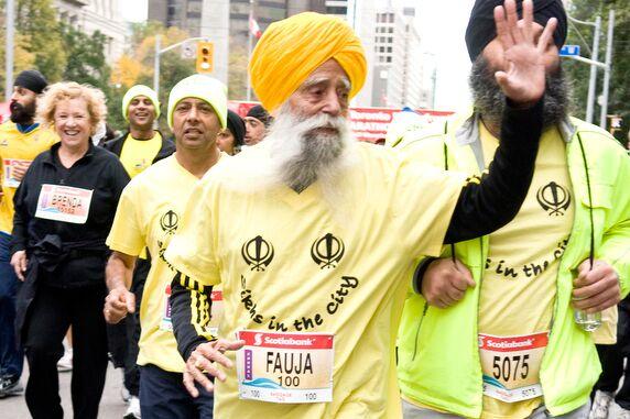 Fauja Singh (100) finisht Toronto-Marathon