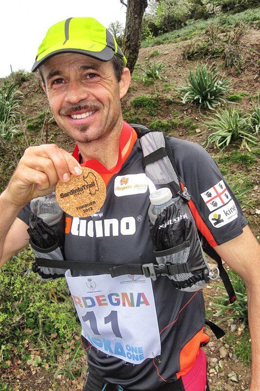 Filippo Salaris freut sich über den zweiten Platz in der Gesamtwertung beim Sardinia Trail 2012.