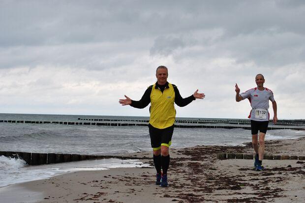 Fischland-Darß-Zingst-Ultramarathon Ribnitz-Damgarten: Läufer am Strand