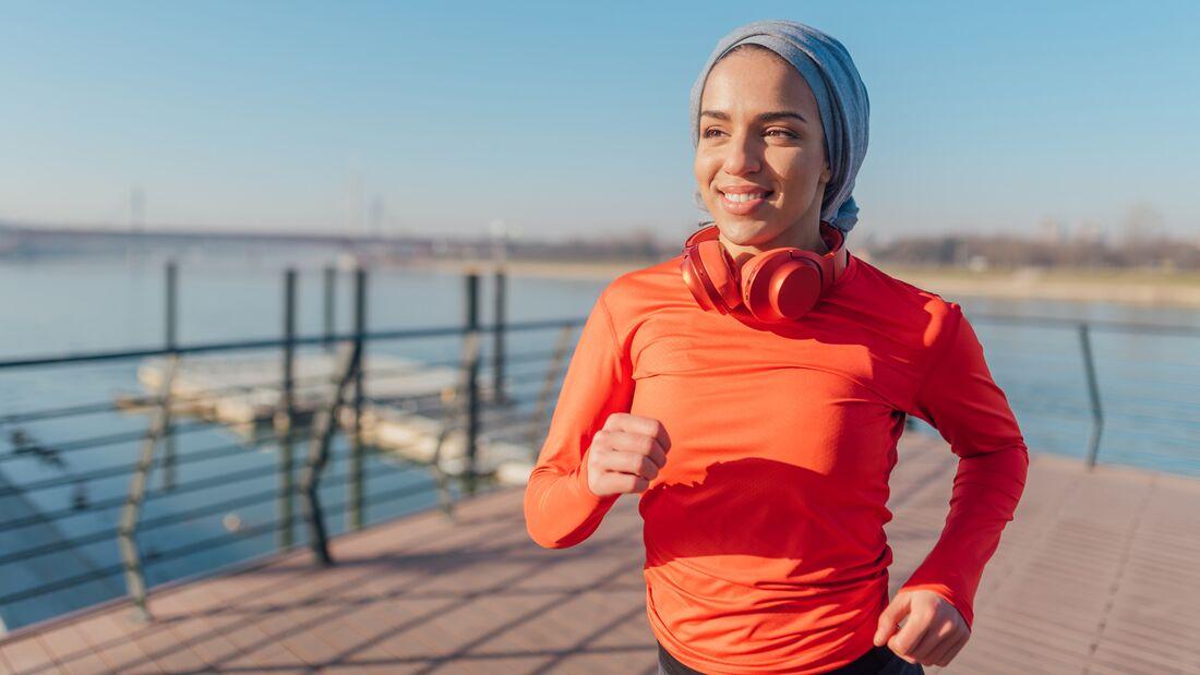 Glückliche junge Läuferin