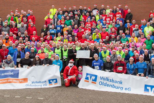 Gruppenfoto beim Aper Weihnachtsmützenlauf