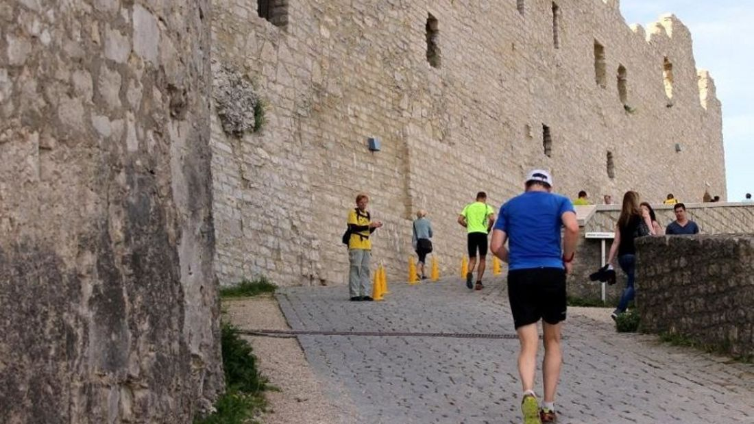 Hohenneuffen-Berglauf Beuren: Schlussanstieg in der Burg