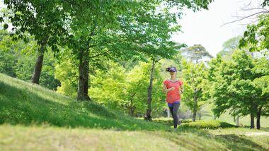 Junge Läuferin im Sommer