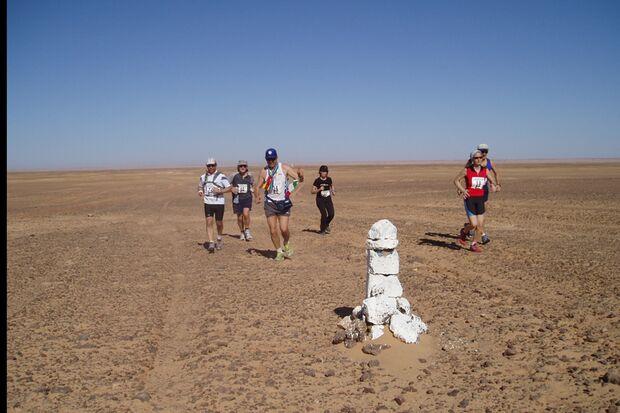 Kleine Läufergruppe beim Sahara-Marathon