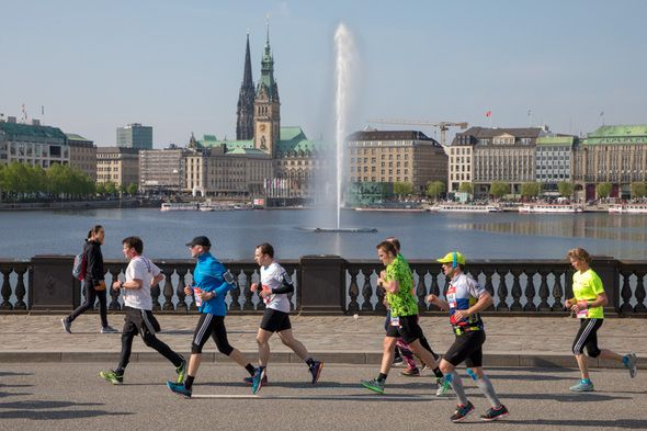 Läufer vor der Alster beim Marathon Hamburg