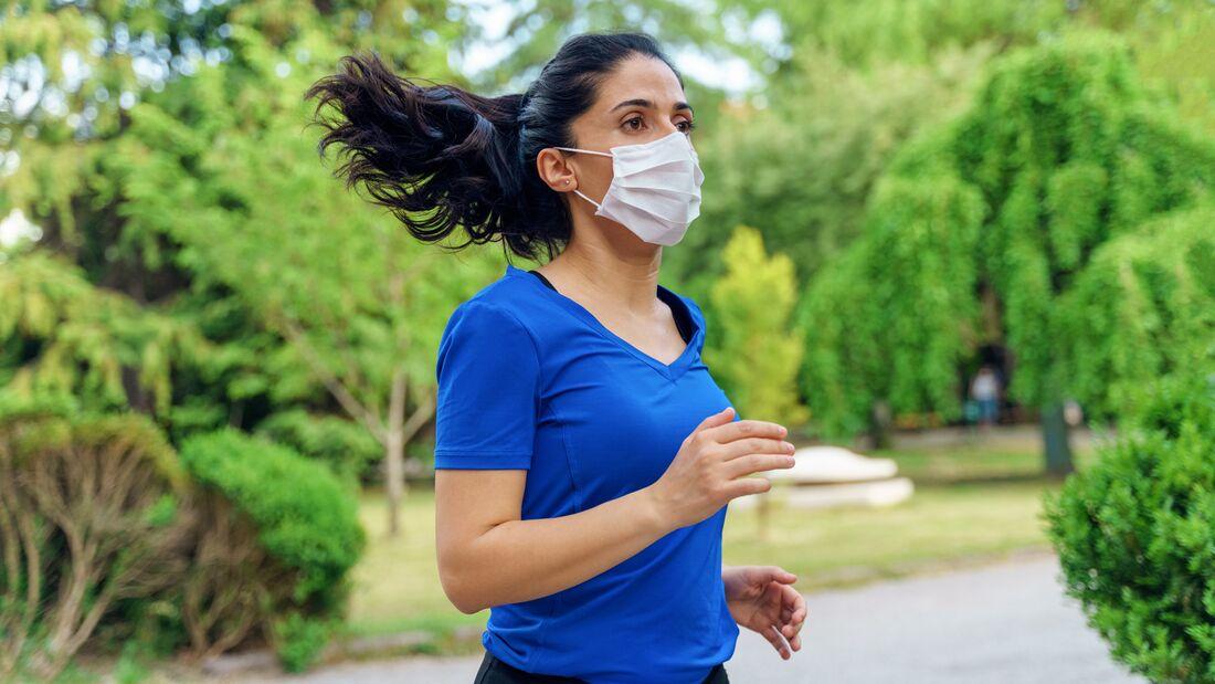 Läuferin mit medizinischer Schutzmaske