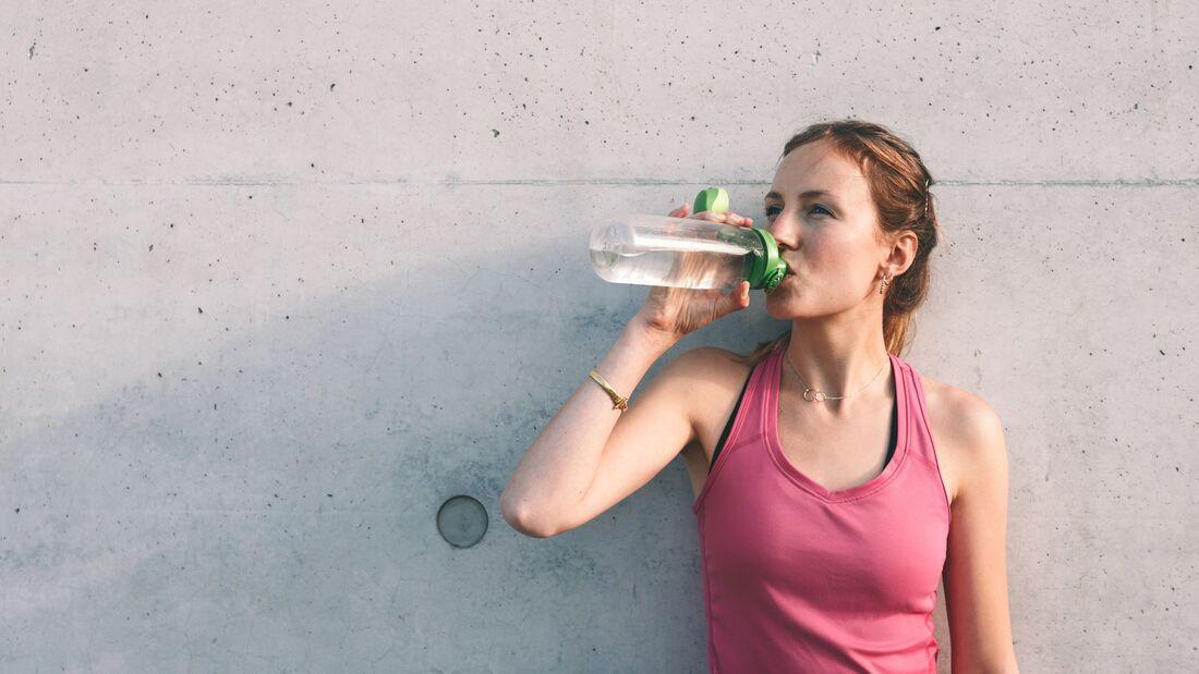 Läuferin trinkt