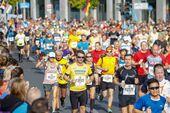 Läufermasse rennt einen Marathon
