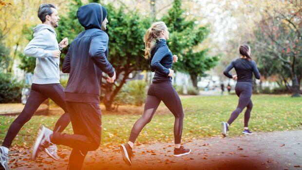 Laufgruppe läuft durch den Herbst