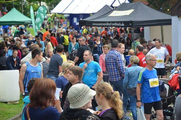 Laufsport und großes Fest zugleich: Der Seelbach-Schwarzwald-Sonnwendlauf lockt jährlich über 3000 begeisterte Zuschauer in den historischen Luftkurort im Schuttertal. Ein Spektakel für die ganze Familie!