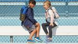Mädchen und Junge mit Kinderlaufschuhen