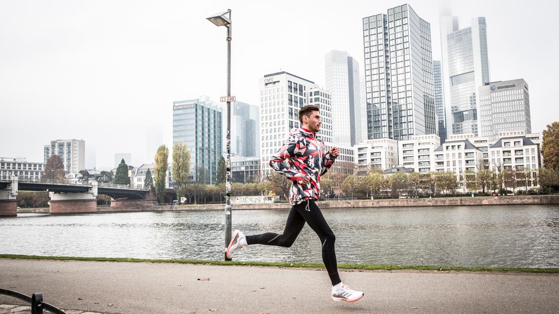 Mit einer optimierten Lauftechnik laufen Sie schöner und schneller. Dazu sinkt Ihr Verletzungsrisiko. Wir verraten, auf welche Punkte es ankommt – und warum es den perfekten Laufstil nicht gibt.