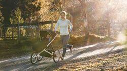 Profiläuferin Emilie Forsberg läuft mit einem Laufkinderwagen.