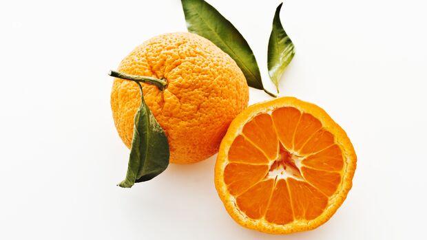Satsuma-Mandarinen mit Blättern