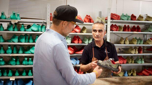 Schuhmacher Rafael Mora Garcia vor einem Regal mit Leisten