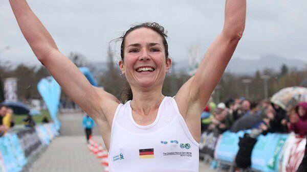 Sonja von Opel als Siegerin des Freiburg-Marathons 2010