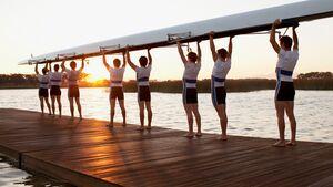 Sportler mit Achter am See