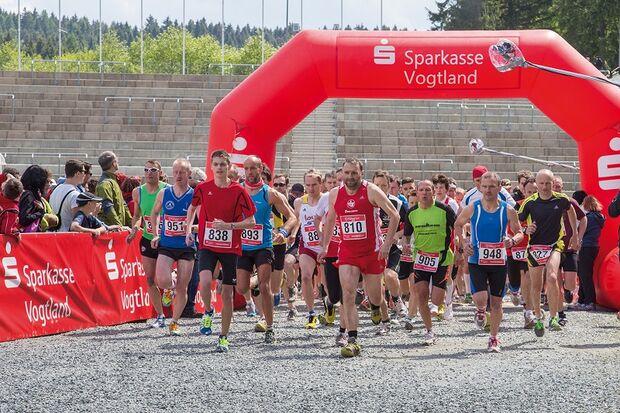 Start zum Halbmarathonrennen beim Vogtland-Lauf in Klingenthal
