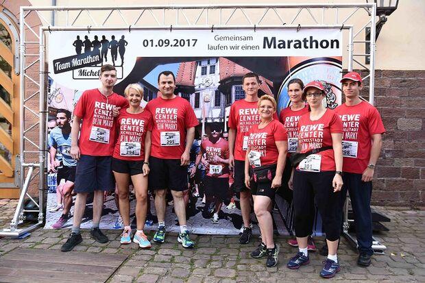 Team-Marathon Michelstadt: Teamfoto vor der Leinwand