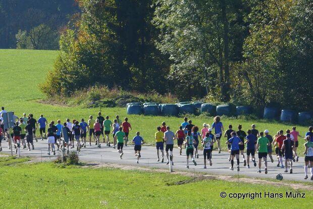Teams in Bewegung beim Firmenlauf in Bayrischzell