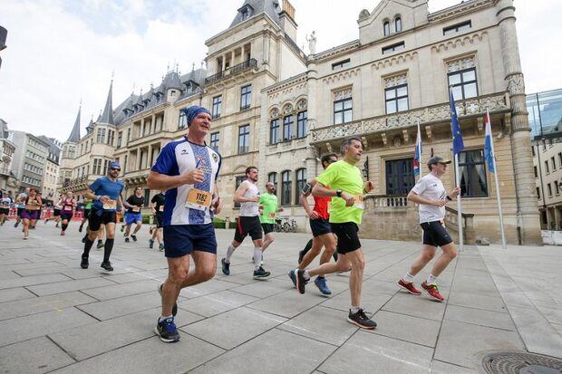Teilnehmer des Urban Trail Luxembourg passieren den Großherzoglichen Palast.
